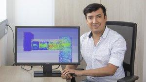 El investigador de la UPC Alfredo Guardo, junto al gemelo virtual de un piso degradado del Raval, que emplea para ensayar mejoras.