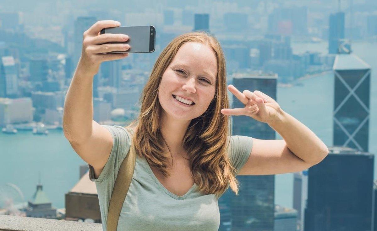 Fer el signe de victòria a les fotos et pot sortir car