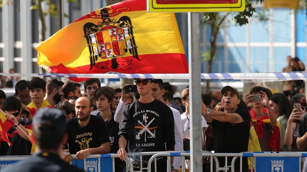 L'extrema dreta a la desfilada: eren pocs i els van manar callar