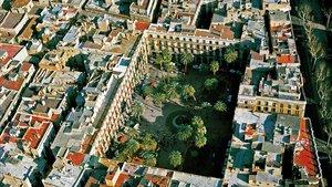 La plaza Reial, casi rectangular, en mitad del Gòtic sur.