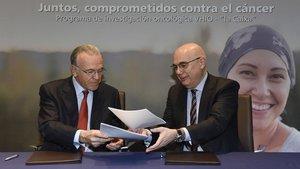 Isidre Fainé,presidente de la FundacióBancàriaLa Caixa,y Josep Tabernero,director del Vall d'Hebron Institutd'Oncologia (VHIO), firman su alianza para promover la lucha contra el cáncer.