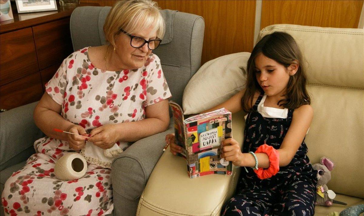 Una de las hijas de Xavi y Gloria, dos padres que no pueden teletrabajar en la desescalada, al cuidado de su abuela.