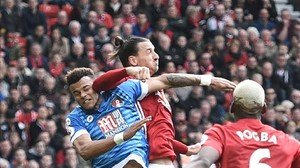 Zlatan Ibrahimovic lanza el codo contra el defensa Tyrone Mings.