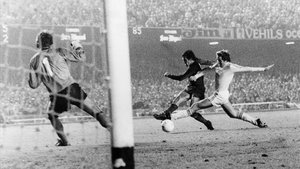 Zuviría dispara a gol en 1978 ante el Anderlecht, en Recopa.