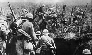 Soldados franceses salen de su trinchera durante la batalla de Verdún en 1916.