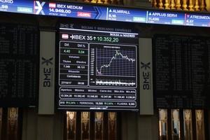 El IBEX se mueve prácticamente plano y avanza apenas un 0,01 %