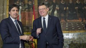 José Rosiñol, presidente de SCC, recoge el premio Broseta de manos de Ximp Puig, president de la Generalitat