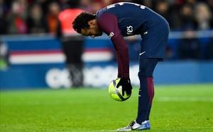 Neymar colocando el balón antes de lanzar el penalti.
