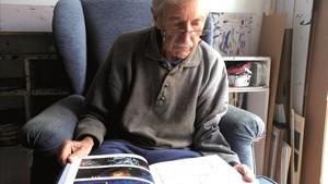 El artista José Ramón Sánchez, hojeando el cómic de Moby Dick.