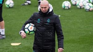Zidane, durante el entrenamiento de esta mañana en Valdebebas