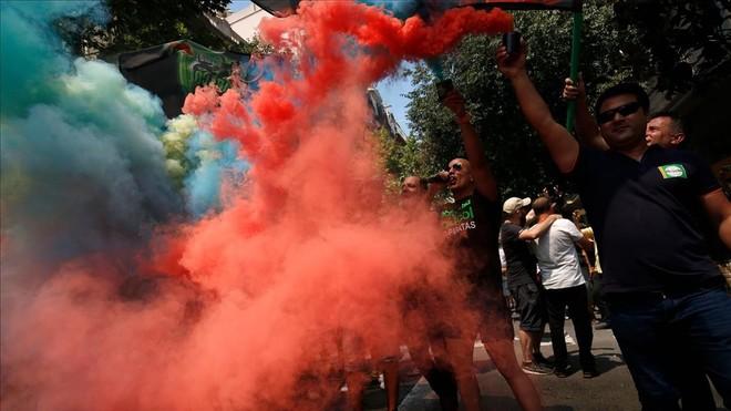 Participantes en la protesta, con bengalas