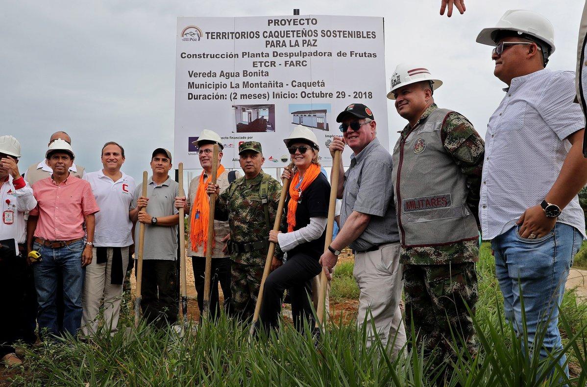 Un grupo de representantes de la Union Europease toma una fotografia frente a un proyecto junto a habitantes del ETCR durante su visita al ETCRAgua Bonitaubicado en La MontanitaColombia.EFE LEONARDO MUNOZ