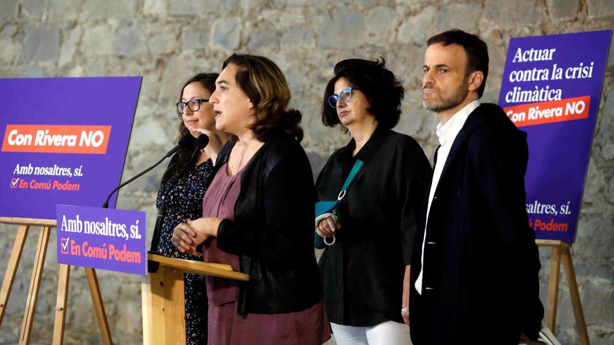 La alcaldesa de Barcelona, Ada Colau,junto a la número uno al Senado Rosa Lluch, hija de Ernest Lluch, y el número uno al Congreso, Jaume Asens, este 6 de octubre