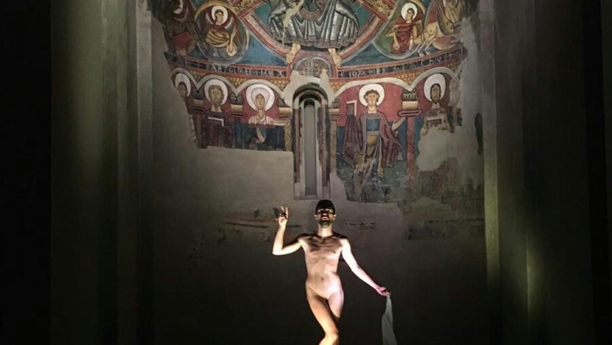 El Artista Adrián Pino Se Desnuda En El Mnac De Barcelona