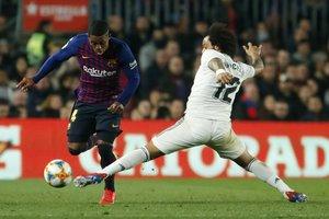 El madridista Marcelo (d) superado por Malcom en un momento del partido ante el Barça.
