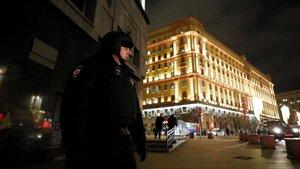 Un agente de policía cerca del sitio donde se ha producido el tiroteo en el centro de Moscú