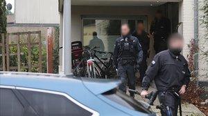 Agentes de la policía alemana inspeccionan una vivienda en la localidad de Pouheom perteneciente a un sospechoso de formar parte de la Ndrangheta.