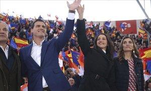 Albert Rivera e Inés Arrimadas saludan a su llegada al mitin que Ciudadanos ha celebrado este domingo en Las Rozaas (Madrid) para presentar su eslogan de campaña.