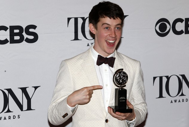 Alex Sharp posa con su Tony como mejor actor por The curious incident of the dog in the night-time.