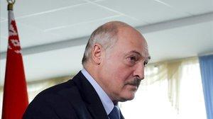 Alexander Lukashenko tras depositar su voto, este domingo.