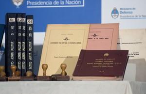 Alguns dels documents secrets de la Junta Militar argentina, dilluns a Buenos Aires.