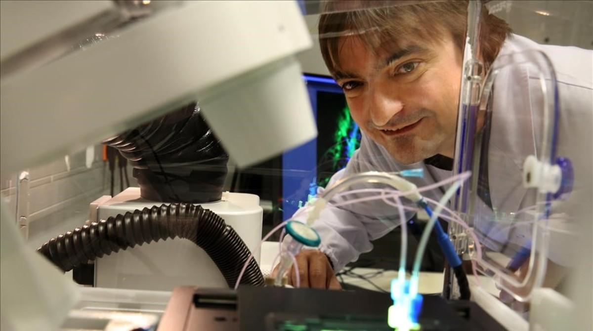 Javier Ramón, en su laboratorio del Instituto de Bioingeniería de Catalunya (Ibec).