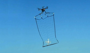 Un aparato de la policía japonesa captura un dron en el aire.