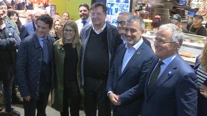 Los candidatos han sido invitados por un establecimiento del mercado y les ha recibido Salvador Capdevila, presidente de la Asociación de Comerciantes de la Boquería.