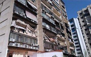 Un edificio sufre graves daños tras el ataque de drones en Beirut. EFE