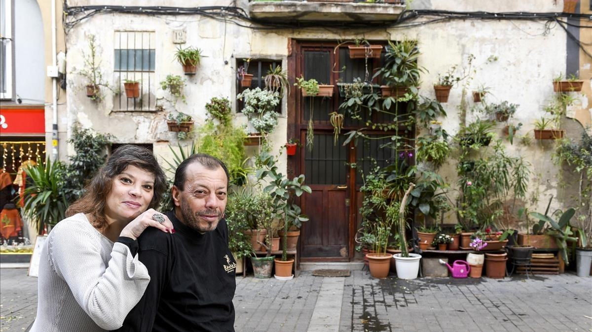 Inés y Lucky, los inquilinos de la casa de las plantas, en Allada Vermell, 12.Tienen en la calle 61macetas.