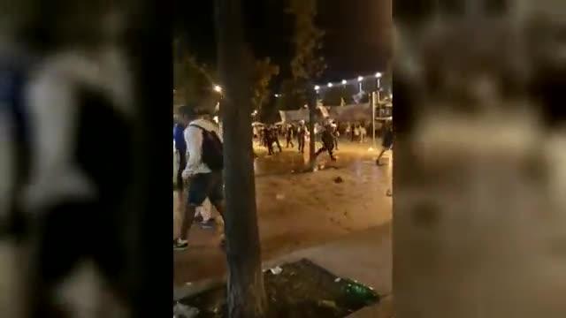 Imágenes grabadas con un móvil de la batalla campal que tuvo lugar anoche durante la fiesta mayor de Sabadell