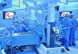 Cirurgia robotitzada. Operació de trasplantament de ronyó realitzada a lHospital Clínic amb lajuda del robot Da Vinci, controlable amb una consola.