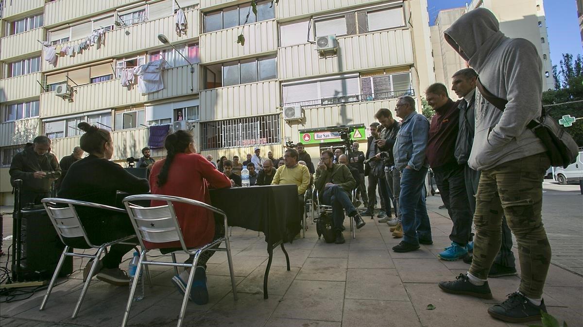 Una miembro de Objectiu Venus y la vecina María Jiménez –de espaldas– explican la demanda que quieren presentar contra el Consorci de La Mina.