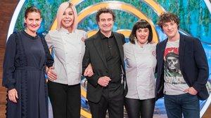 Bibiana Fernández y Anabel Alonso junto al jurado de 'Masterchef 8'.