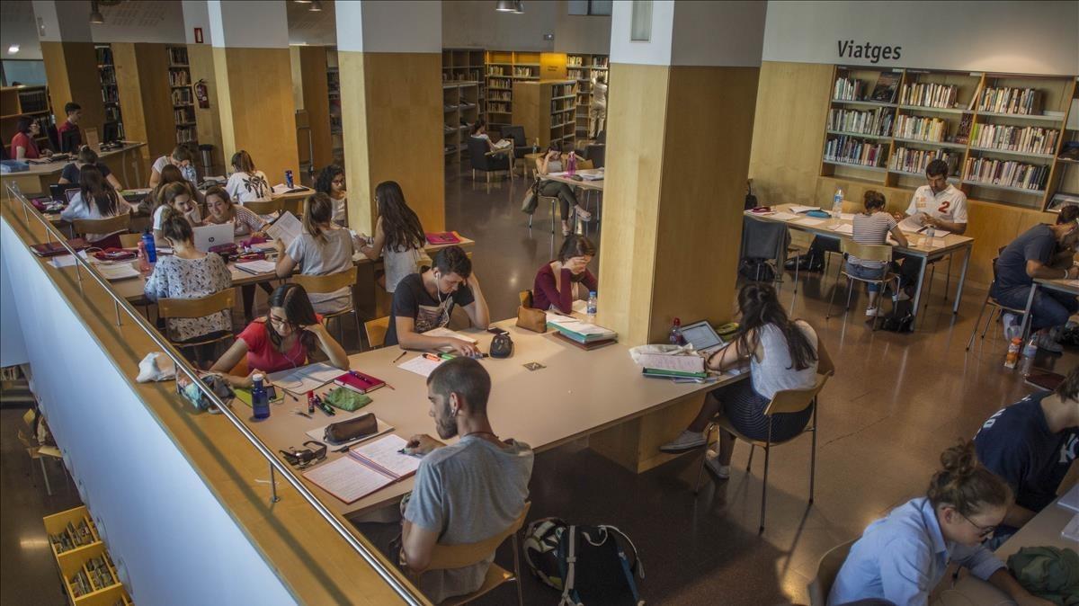Unos estudiantes en la biblioteca Jaume Fuster de Barcelona.