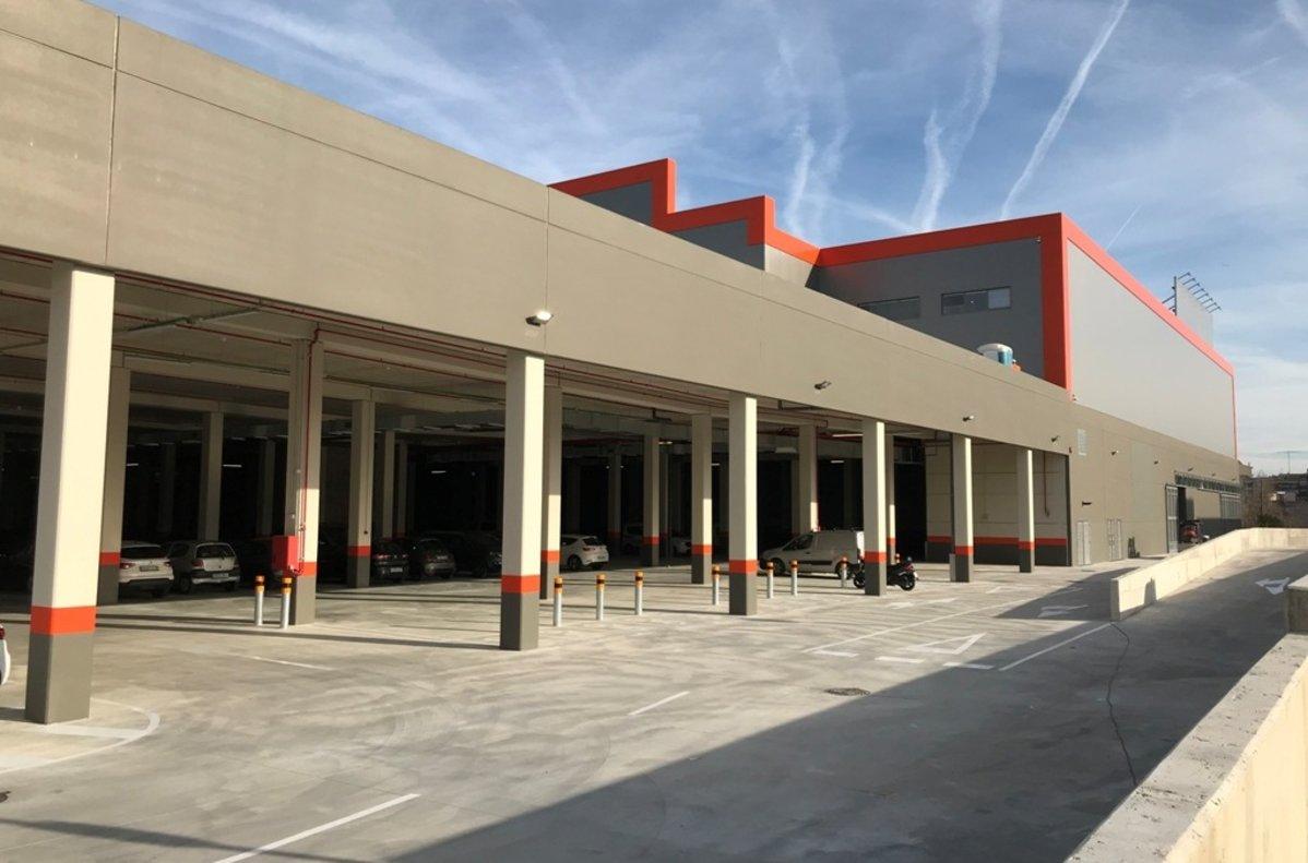 Fachada trasera delnuevo establecimiento de Bricomart, ubicado en el barrio de Montigalà de Badalona.
