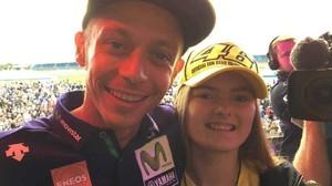 La británica Kirsten Tilley abonó, en una subasta benéfica, 3.500 euros para hacerse, el jueves, este selfie con Valentino Rossi.