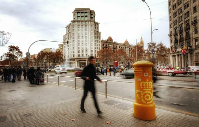 Un buzón en el paseo de Gràcia, esquina con la Gran Via de Barcelona.