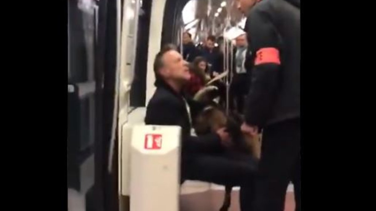 Captura del vídeo del hombre on la cabra en el metro.