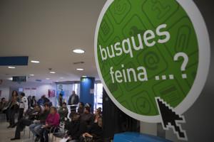 Un cartel alusivo a la búsqueda de empleo, en una oficina de Barcelona.