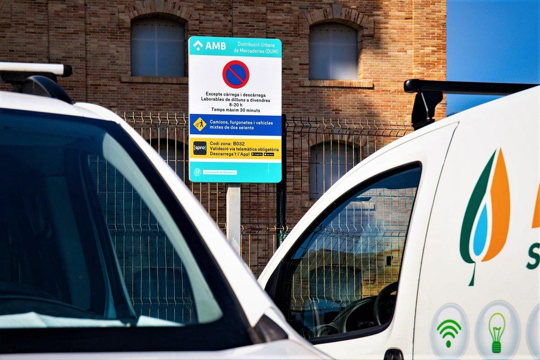 Cartel de un estacionamiento de zona de carga y descarga en Badalona.