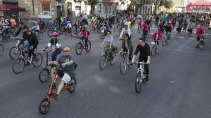 Centenares de ciclistas de paseo por las calles de la ciudad durante labicicletada popular