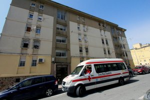 GRAF3313. CEUTA, 30/05/2020.- Un vehículo de la Cruz Roja estaciona frente a un bloque de viviendas en Ceuta, en el que han sido detectado varios casos positivos por COVID-19, este sábado. Las autoridades sanitarias de Ceuta estudian precintar al menos cuatro bloques de viviendas de la ciudad donde se han detectado una decena de positivos por coronavirus al ser el último foco del brote que ha motivado la alta incidencia en Ceuta de la pandemia en los últimos días. EFE/Reduan Dris