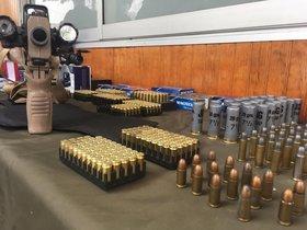 Los Carabineros de Chile incautaron municiones y armamento. EFE