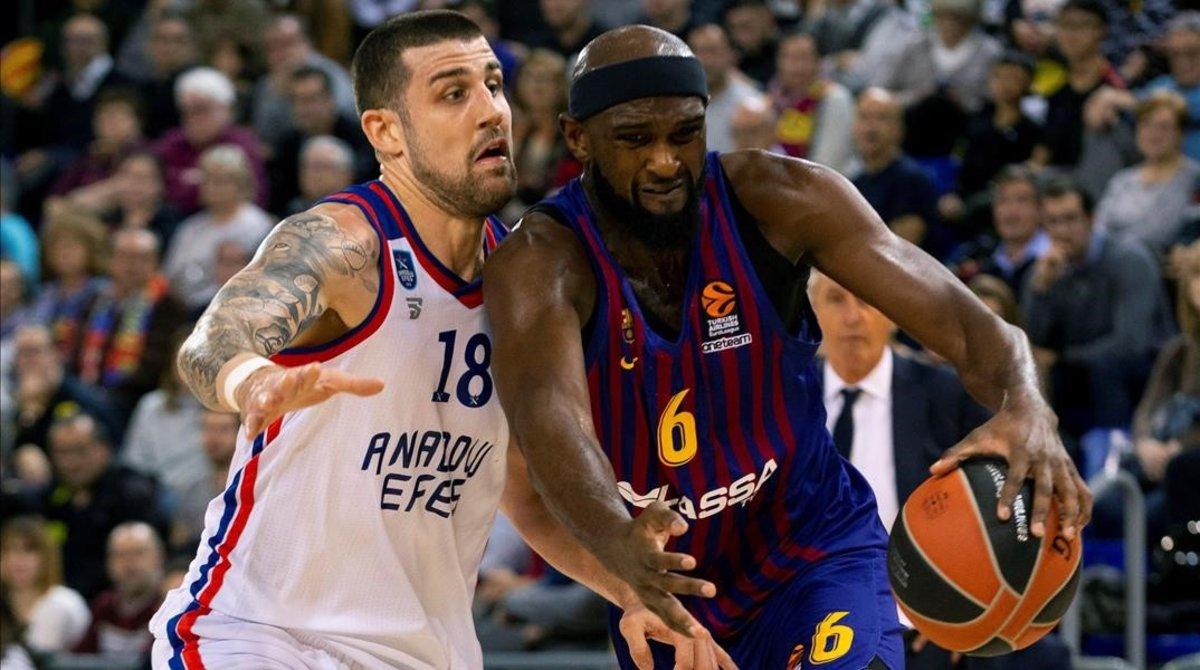 Chris Singleton intenta penetrar ante el exazulgrana Adrien Moerman durante el partido Barça-Efes.