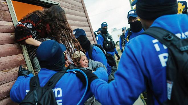 Cientos de soldados israelíes evacúan a 40 familias de la colonia Amona en Cisjordania.