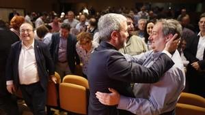 Abrazo entre el candidato Collboni y el exalcalde Hereu, este sábado.