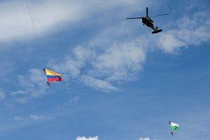 Soldados colombianos colgados de unas cuerdas en un espectáculo militar.