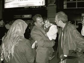 El periodistaCarles Bosch, autor de este artículo, se reencuentra conMotjaba Safavi y su familiaaños después de la guerra.