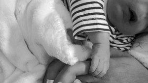 Una foto delbebé sin rostro compartida por su madre